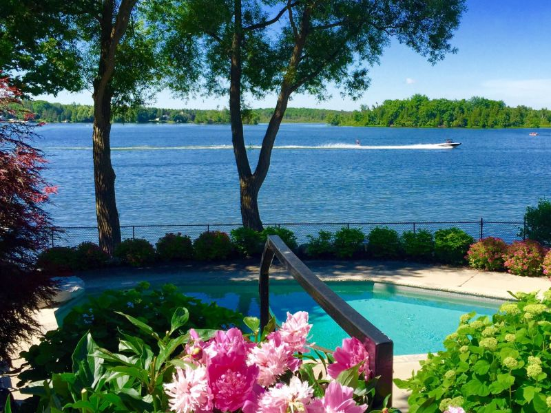 Puslinch lake waterfront cottage with pool in cambridge ontario on puslinch lake for Cottages in the lakes with swimming pools